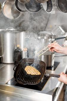 Smażony filet z kurczaka na patelni