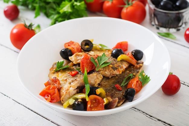 Smażony filet z morszczuka z pomidorami i oliwkami w stylu śródziemnomorskim