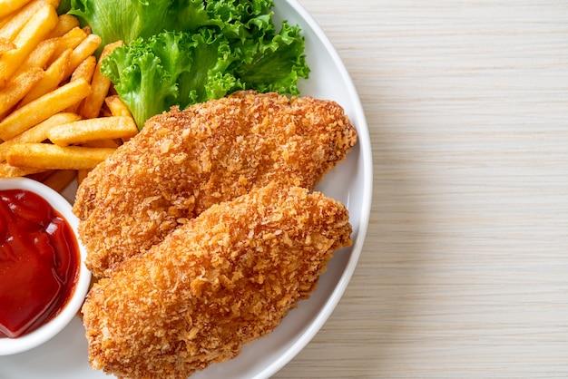 Smażony filet z piersi kurczaka z frytkami i keczupem