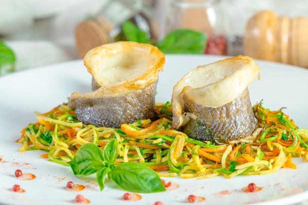Smażony filet z ryby i warzywa
