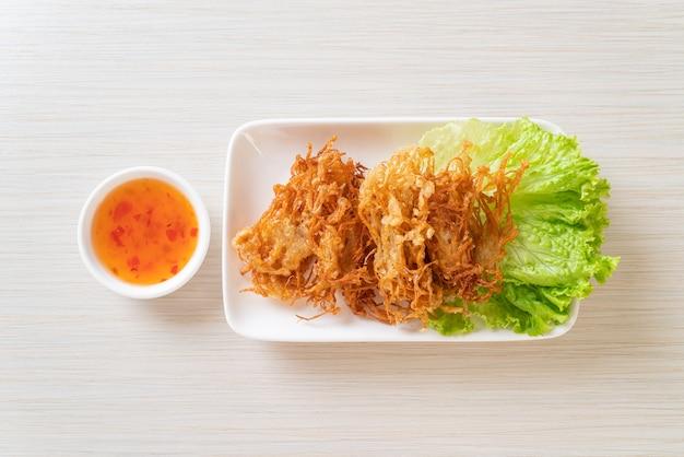 Smażony grzyb enoki lub grzyb złotej igły. wegański i wegetariański styl jedzenia