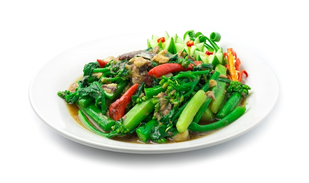 Smażony jarmuż chiński wymieszać z makrelą soloną