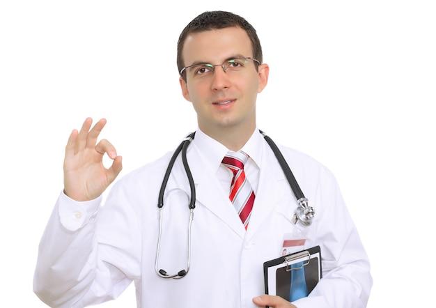 """Smażony kaukaski lekarz pokazuje gest """"ok""""! pojedynczo na białym."""