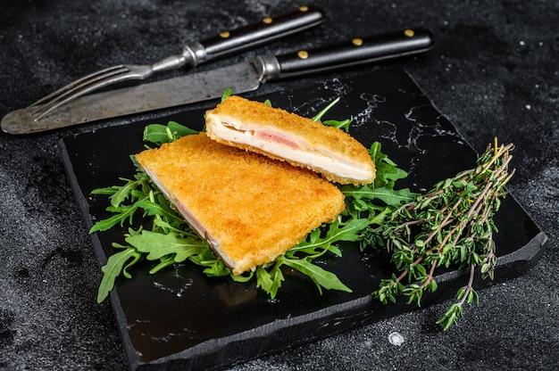 Smażony kotlet z kurczaka z mięsem cordon bleu z szynką i serem