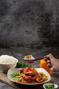 Smażony krab w mieszance z curry w proszku piękne przystawki.