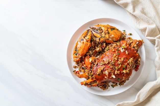 Smażony krab w mieszance z pikantną solą i pieprzem - styl owoce morza