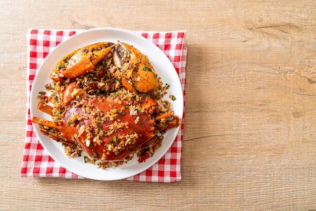 Smażony krab z pikantną solą i pieprzem - w stylu owoców morza