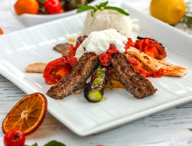 Smażony kurczak i mięso ze smażonymi warzywami