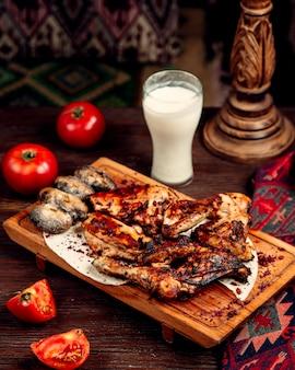Smażony kurczak i ziemniaki z ayranem
