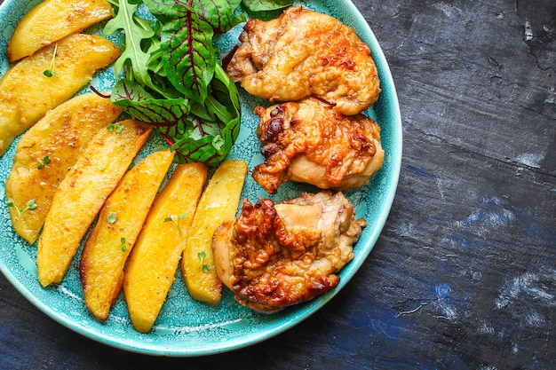 Smażony kurczak i ziemniaki