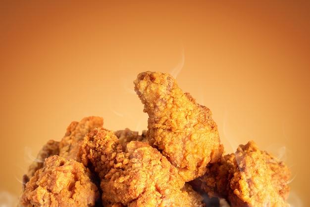 Smażony kurczak lub chrupiące kentucky na brązowo. pyszny gorący posiłek z fast foodami.