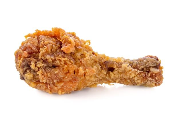 Smażony kurczak na białym tle na białej ścianie.
