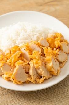 Smażony kurczak polany ryżem z pikantnym sosem dipowym