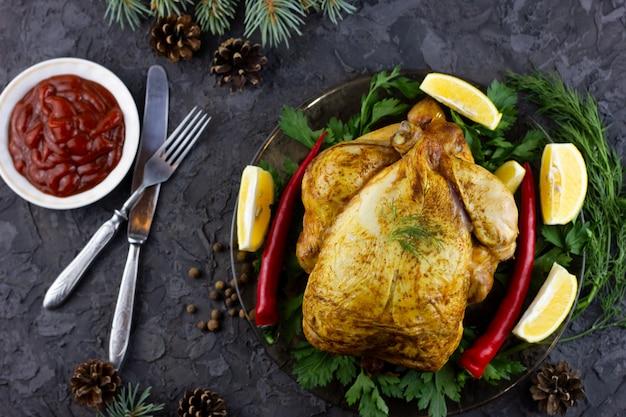 Smażony kurczak w całości na talerzu.