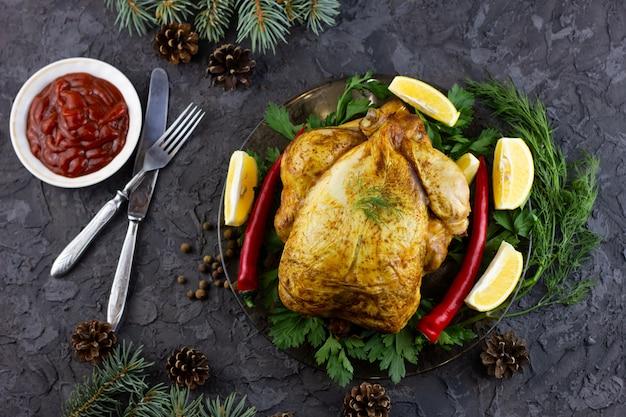 Smażony kurczak w całości na talerzu