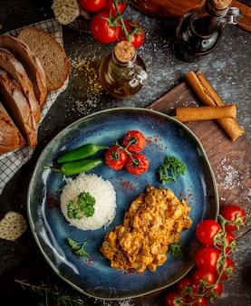 Smażony kurczak w sosie i ryż z warzywami