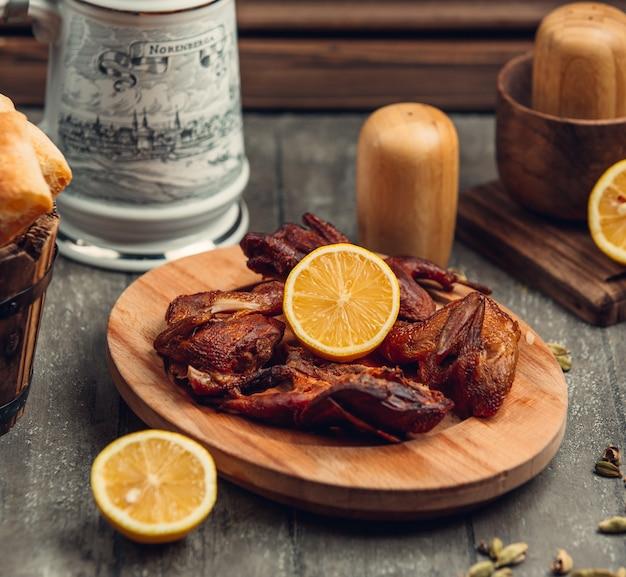 Smażony kurczak z cytryną na desce