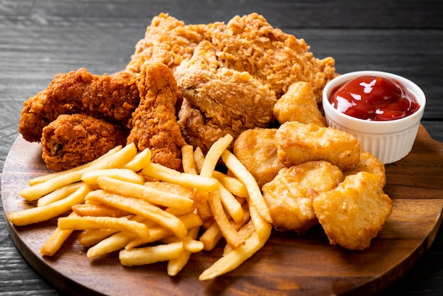 Smażony kurczak z frytkami i bryłkami