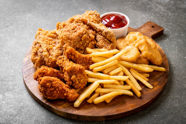 Smażony kurczak z frytkami i mączki z bryłek