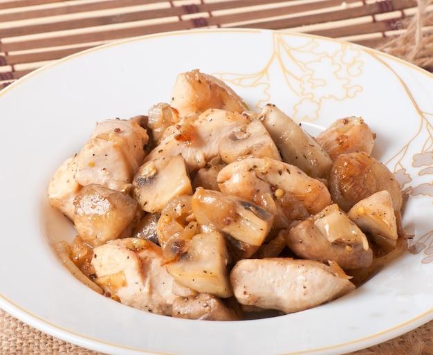 Smażony kurczak z pieczarkami