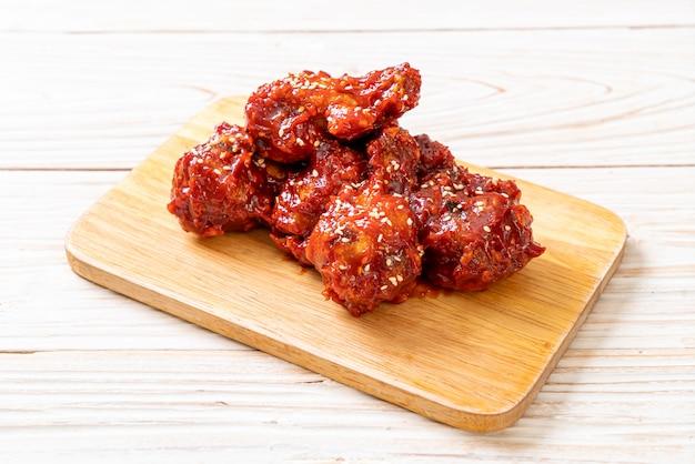 Smażony kurczak z pikantnym sosem