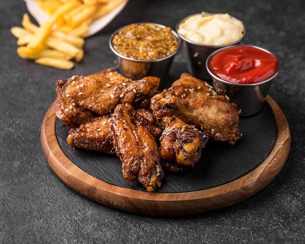 Smażony kurczak z różnymi sosami i frytkami