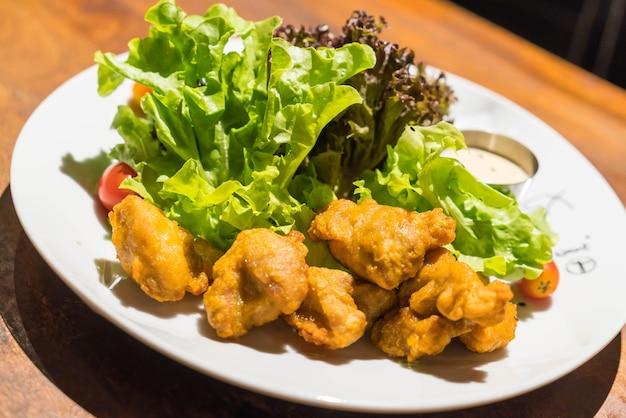 Smażony kurczak z sałatką
