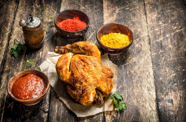 Smażony kurczak z sosem i przyprawami.