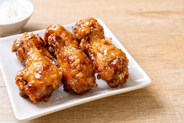 Smażony kurczak z sosem