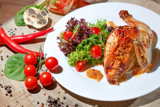 Smażony kurczak z warzywami.