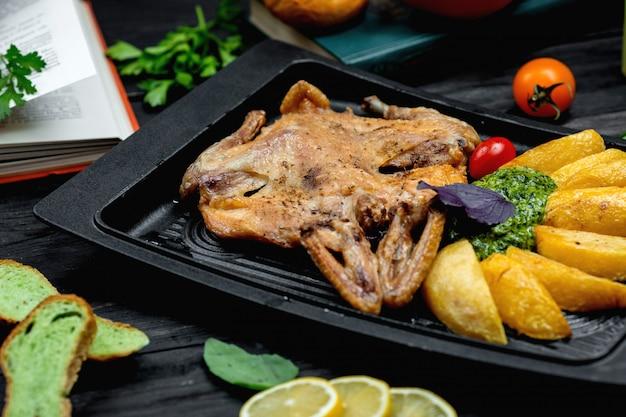 Smażony kurczak z ziemniakami na pokładzie