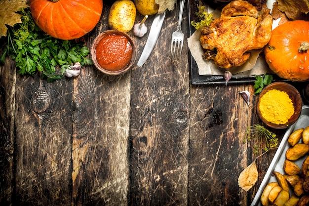 Smażony kurczak z ziemniakami, przyprawami i sosem.