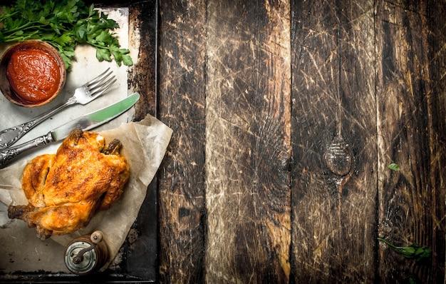 Smażony kurczak z ziołami i sosem.