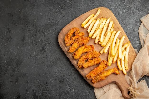 Smażony kurczak ze smażonymi ziemniakami