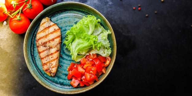 Smażony łosoś grillowany z warzywami