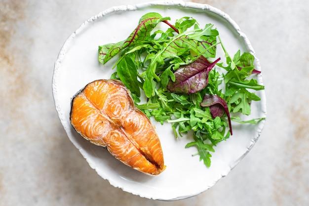 Smażony łosoś i sałatka z grilla ryby z grilla owoce morza z grilla przekąska