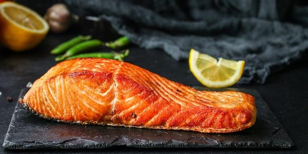 Smażony łosoś ryba grill grill owoce morza porcja posiłek na stole