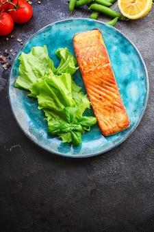 Smażony łosoś ryba grill grill owoce morza porcja świeży posiłek pescetarian
