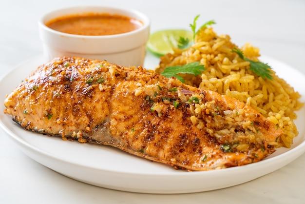 Smażony łosoś tandoori na patelni z ryżem masala - muzułmański styl jedzenia