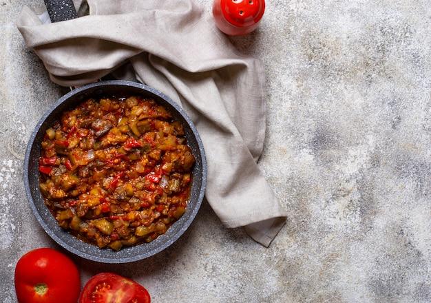 Smażony lub duszony bakłażan z pomidorem
