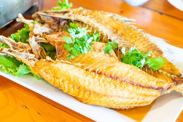 Smażony lucjan z sosem rybnym