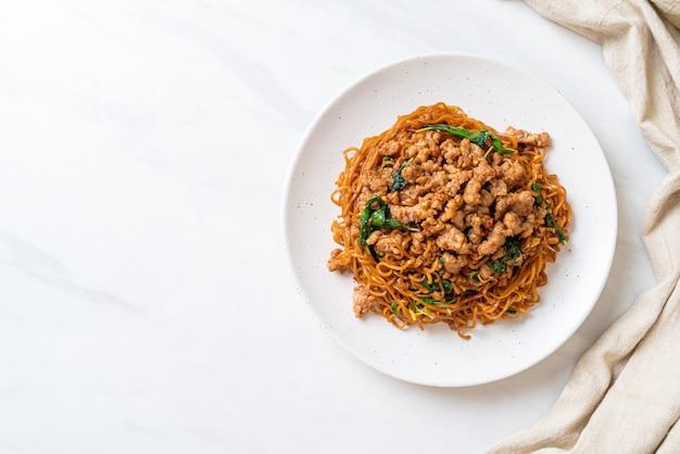 Smażony makaron instant z tajską bazylią i mieloną wieprzowiną - kuchnia azjatycka
