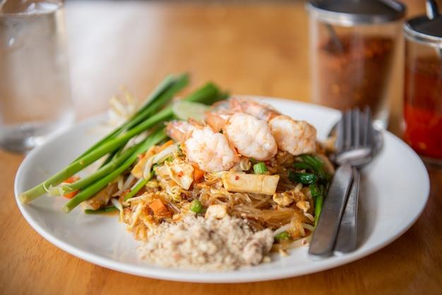 Smażony makaron lub pad thai i krewetki, popularne menu tajlandii.