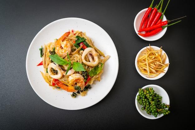 Smażony makaron na ostro z owocami morza (pad cha talay) - tajskie jedzenie