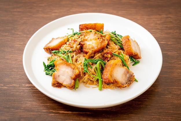 Smażony makaron ryżowy i mimoza wodna z chrupiącym boczkiem - kuchnia azjatycka