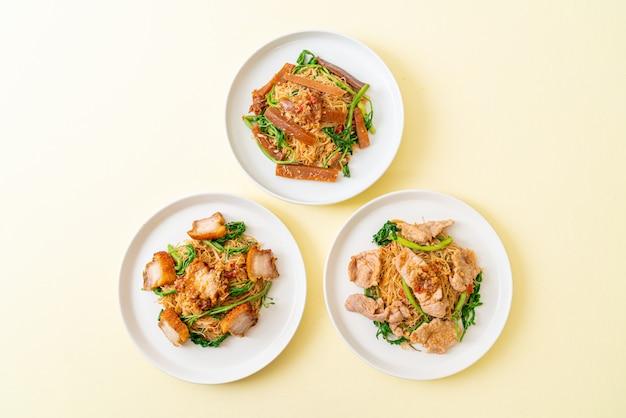 Smażony makaron ryżowy i mimoza wodna z mieszanką mięsa na wierzchu