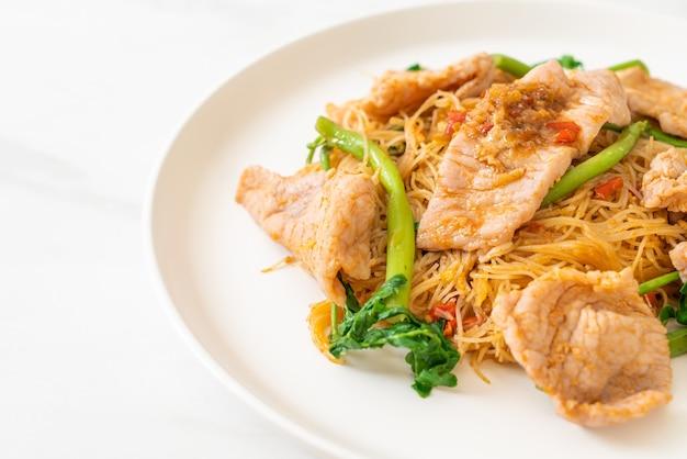 Smażony makaron ryżowy i mimoza wodna z wieprzowiną - po azjatycką kuchnię