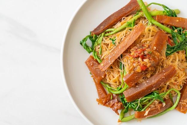 Smażony makaron ryżowy i mimoza z marynowaną kalmarem - azjatyckie jedzenie