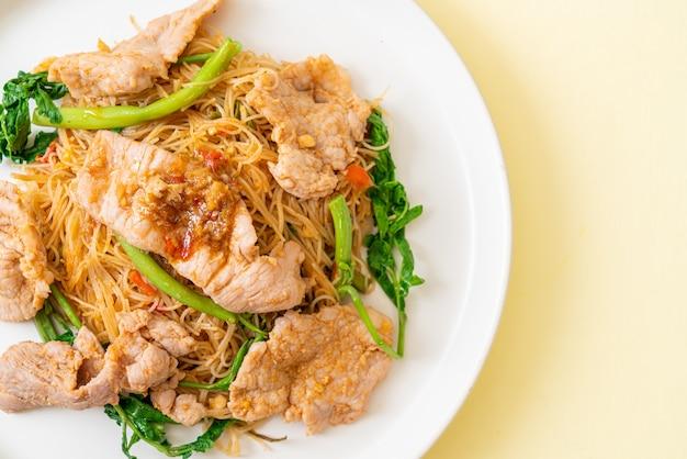 Smażony makaron ryżowy i mimozy wodne z wieprzowiną
