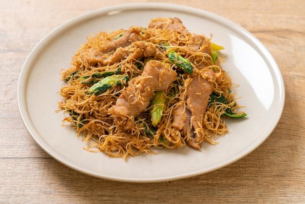 Smażony makaron ryżowy wermiszelowy wymieszać z czarnym sosem sojowym i wieprzowiną